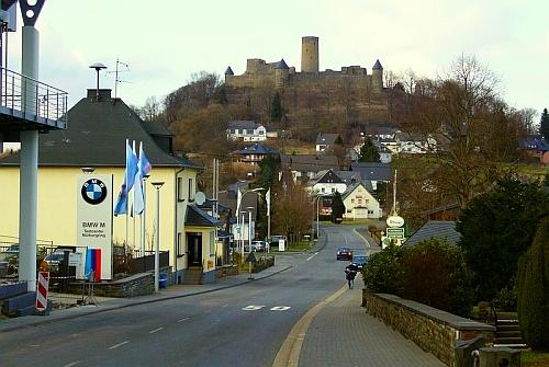 Centrum testowe M GMbH - w tle malowniczy zamek Nurburg i zabudowa miasteczka