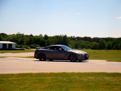 Pomimo sporej wagi zawieszenie Nissana GT-R pozwala narajdową amortyzację
