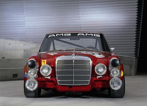 Wyścigowy 300 SEL nazywany był Czerwoną Świnią; ważył 2400 kg, miał 420 KM idosetki przyspieszał w4,2 sekundy