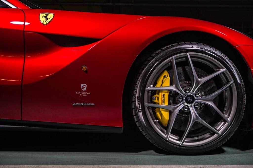 Powód, dlaktórego można się bać. Ceramika Ferrari iopony Pirelli zmieniają pojęcie skutecznego hamowania