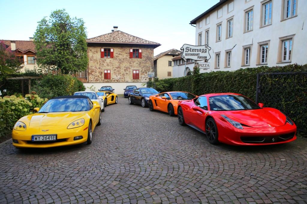 Droga zSolden doRonzone to cztery kultowe przełęcze drogowe - Monte Giovo, San Leonardo, Timmelsjoch iPasso di Pennes. Namecie nagroda, jeden znajciekawszych hoteli odwiedzonych jak dotąd przezklubowe GT. Właściciele mogą poszczycić się przynależnością doprestiżowego Jeunes Restaurateurs D'Europe orazgwiazdką Michelin.