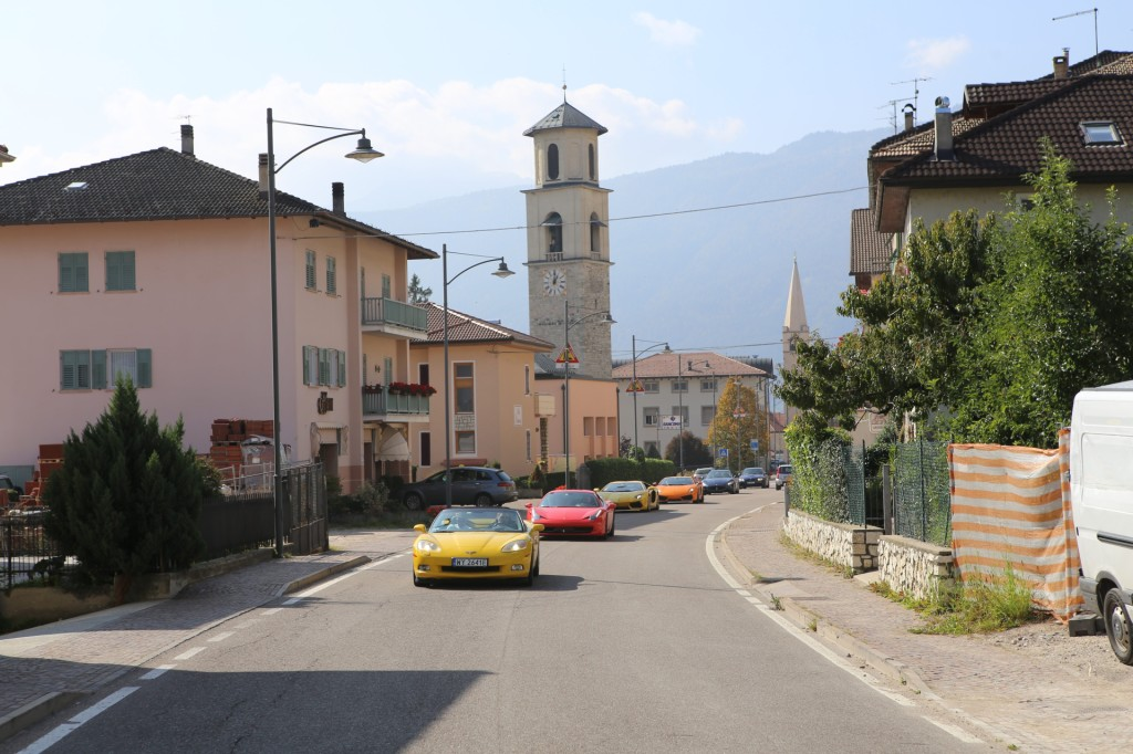 Klimat włoskich alpejskich miasteczek różni się od tych, które kilkaset kilometrów temu odwiedzaliśmy pokonując Tyrol. Drewniane okiennice, pastelowe kolory przełamywane gdzieniegdzie jaskrawymi elementami elewacji. Na zewnątrz życie płynie spokojnie, choć w domach, jak na włoskich górali przystało,
