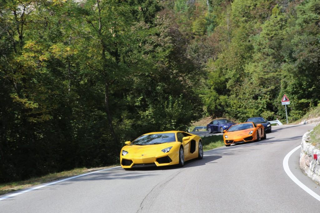 Gdyby liczyła się tu moc, Aventador zostawiałby towarzyszy daleko w tyle. Przełęcze preferują jednak zwinność i bezpośredniość samochodu, mniejsza bezwładność pozwala sterować bryłą jako całość, nie tylko przednią osią. Pod tym względem 458 Italia nie ma tutaj konkurencji. Stąd brak jej w peletonie...