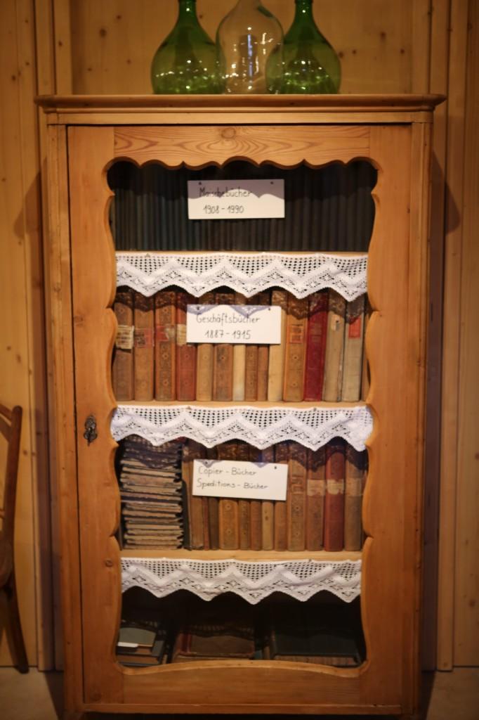 Księgi rachunkowe z XIX wieku. Po wizycie w takim miejscu ostrożniej posługujesz się określeniem 'tradycyjny'.