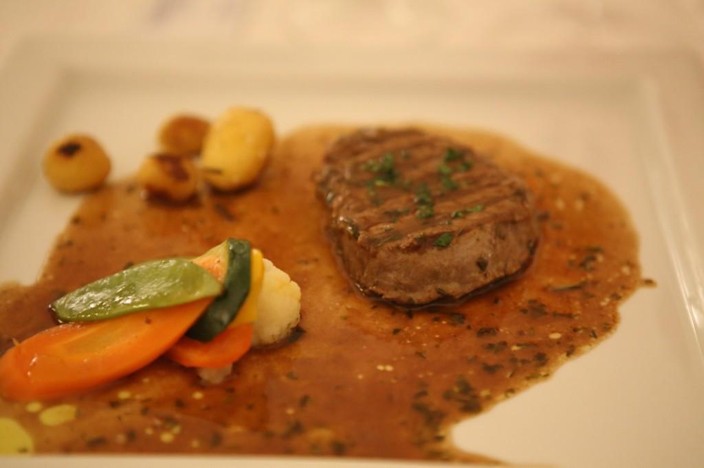 Kilkanaście drobnych potraw, które jak wina spodręki dobrego sommeliera odkrywają wustach kulinarnego laika dotąd nie doświadczane wrażenia smakowe. Ta kolacja bardziej niż poznaniem kuchni Włoch była poznaniem samego siebie.