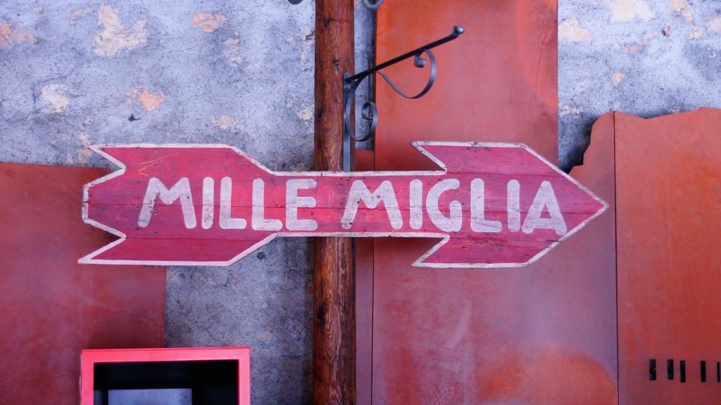 No właśnie, Mille Miglia. Żeby zrozumieć włoską motoryzację, trzeba zacząć od elementarza, a nim bezsprzecznie jest ten legendarny wyścig. To w nim zawierały się wszystkie emocje, które współcześni producenci z Terra di Motori próbują wszczepić w swoje dzieła.